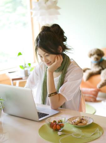 Femme sur ordinateur et chien