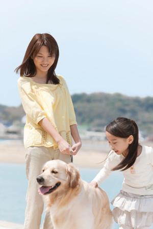 Maman et fille avec chien