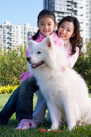 Mère et fille avec chien